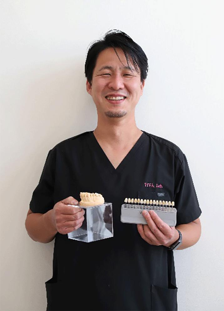 専門の歯科技工士が色合わせや形選びに立ち会います
